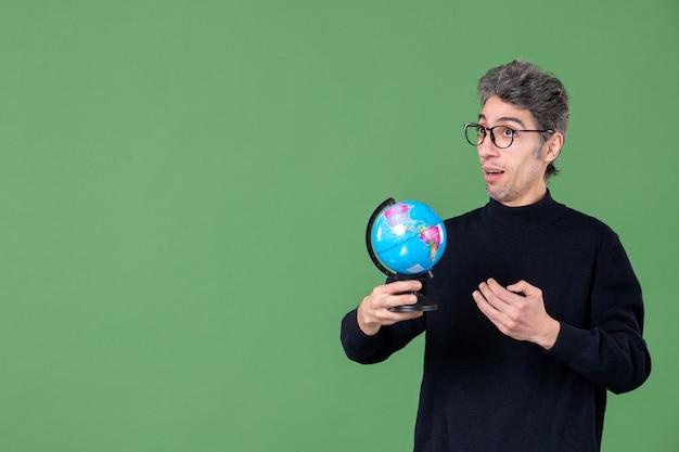 Portret van genie man met aarde wereldbol groene achtergrond ruimte lucht planeet natuur leraar zee