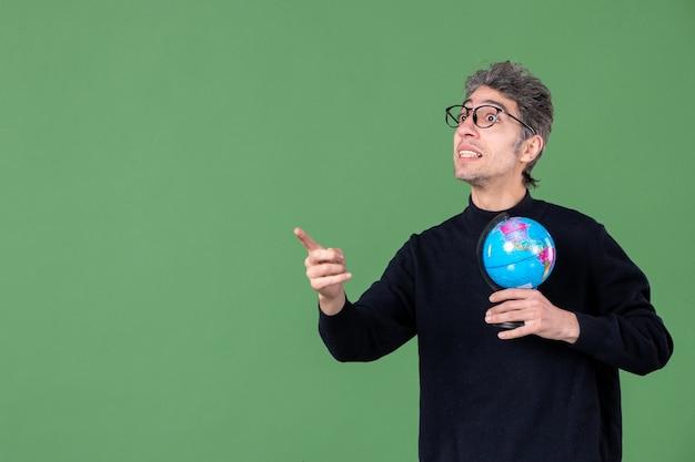 Portret van genie man met aarde wereldbol groene achtergrond ruimte lucht planeet natuur school leraar