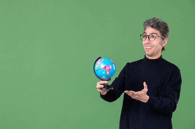 Portret van genie man met aarde wereldbol groene achtergrond ruimte lucht planeet school leraar zee