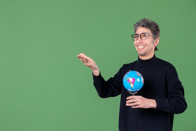 Portret van genie man met aarde wereldbol groene achtergrond ruimte lucht zee leraar natuur school