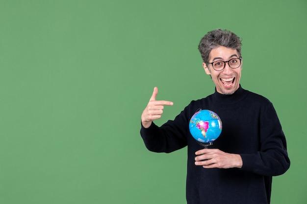 Portret van genie man met aarde wereldbol groene achtergrond ruimte lucht zee leraar planeet natuur scholen