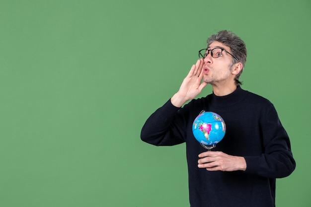 Portret van genie man met aarde wereldbol groene achtergrond ruimte lucht zee leraar planeet natuur school