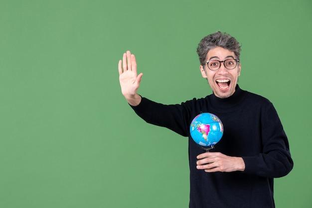Portret van genie man met aarde wereldbol groene achtergrond ruimte lucht zee leraar planeet school