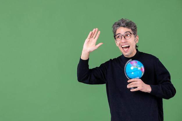 Portret van genie man met aarde wereldbol groene achtergrond ruimte natuur leraar zeelucht school