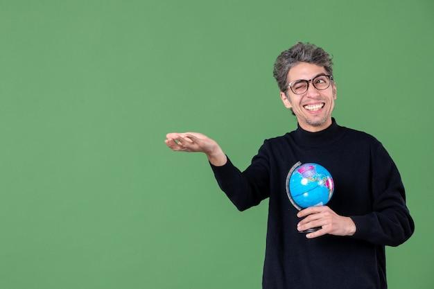 Portret van genie man met aarde wereldbol groene achtergrond school zee lucht ruimte leraar natuur planeet