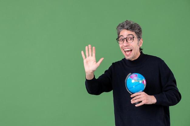 Portret van genie man met aarde wereldbol groene achtergrond school zee lucht ruimte natuur planeet leraar