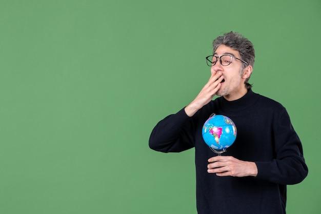 Portret van genie man met aarde wereldbol groene achtergrond zee leraar school planeet ruimte natuur