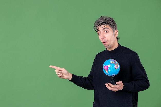 Portret van genie man met aarde wereldbol groene achtergrond zee natuur planeet leraar lucht ruimte