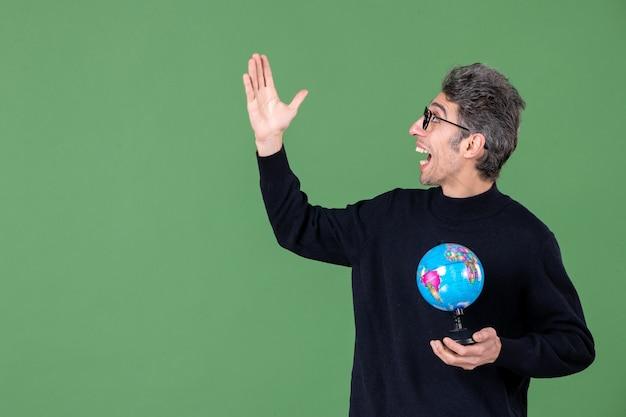 Portret van genie man met aarde wereldbol groene achtergrond zee natuur planeet leraar school lucht ruimte