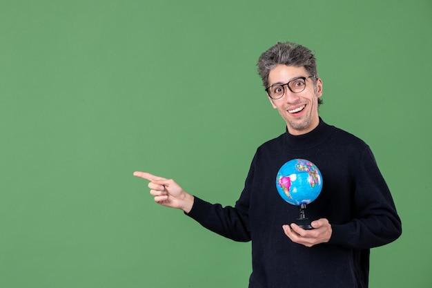 Portret van genie man met aarde wereldbol groene achtergrond zee natuur planeet leraar school ruimte