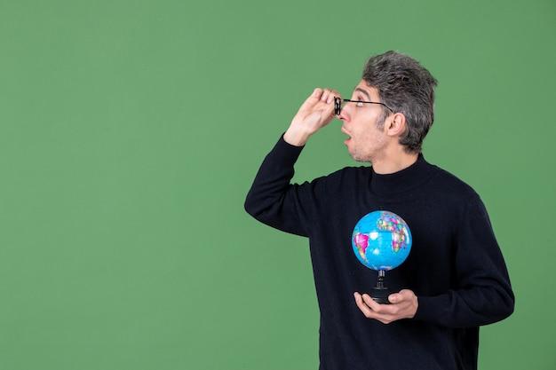 Portret van genie man met aarde wereldbol groene achtergrond zee natuur planeet lucht ruimte leraar