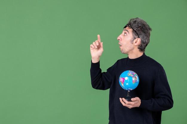 Portret van genie man met aarde wereldbol groene achtergrond zee natuur planeet school lucht ruimte leraar