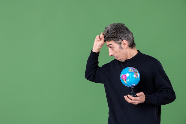 Portret van genie man met aarde wereldbol groene achtergrond zee natuur planeet school lucht ruimte