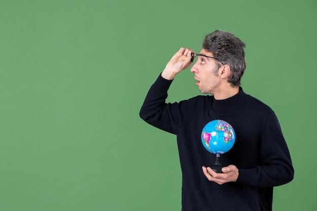 Portret van genie man met aarde wereldbol groene achtergrond zee natuur school lucht ruimte leraar