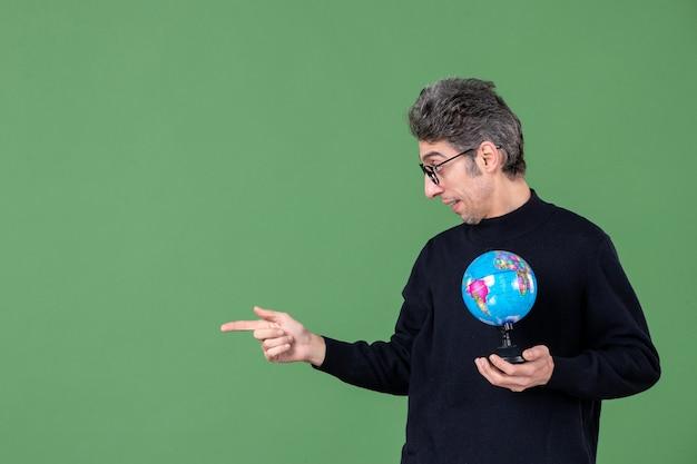Portret van genie man met aarde wereldbol groene achtergrond zee planeet leraar school lucht ruimte