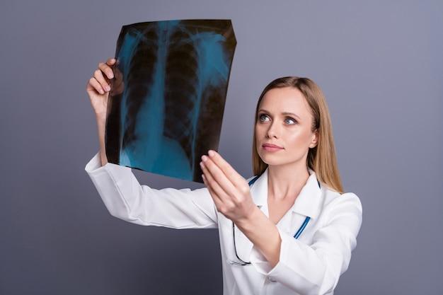 Portret van gericht meisje gekwalificeerde doc xray onderzoeken