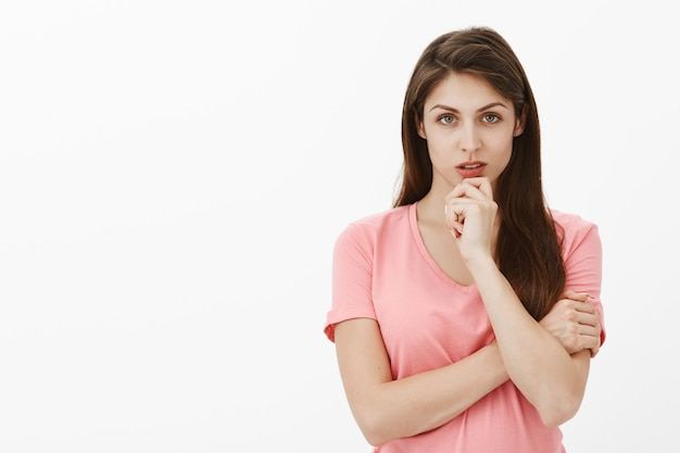 Portret van gerichte brunette vrouw poseren in de studio