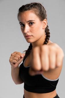 Portret van geschikte vrouw in gevechtspositie