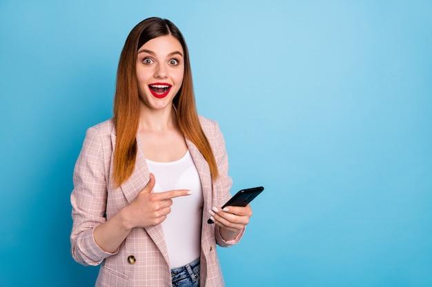 Portret van geschokt positief vrolijk meisje maakt gebruik van smartphone onder de indruk