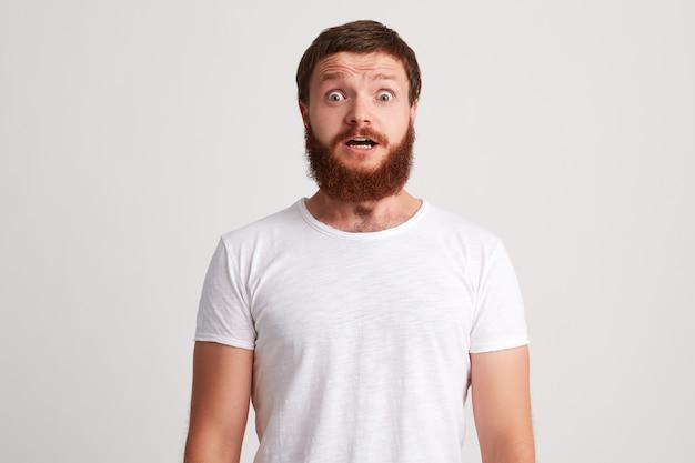 Portret van geschokt verbaasde jonge man