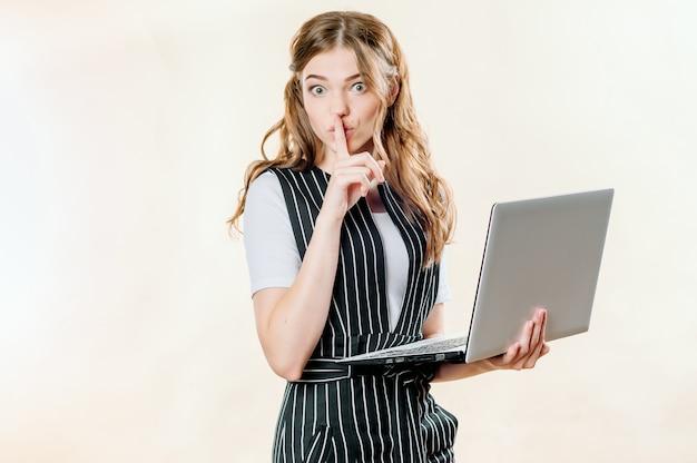 Portret van geschokte gelukkige vrouw met laptop