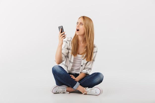 Portret van geschokte jonge casual vrouw