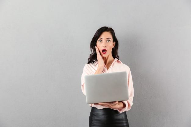 Portret van geschokte laptop van de onderneemsterholding