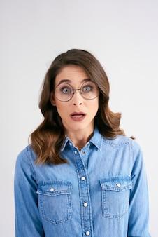 Portret van geschokte vrouw