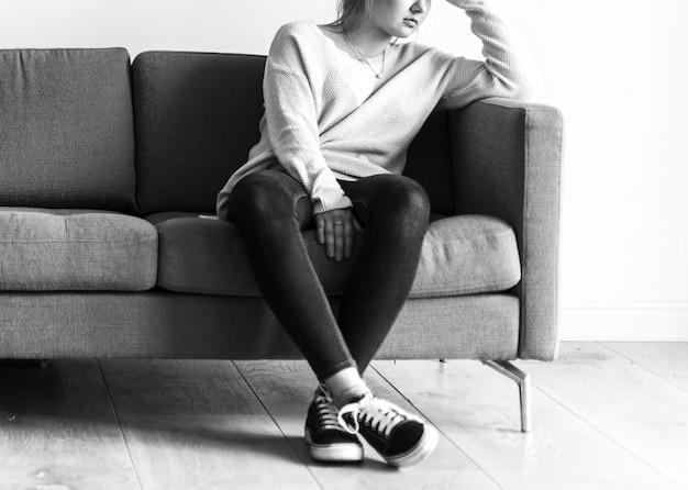 Portret van gestresste kaukasische vrouw