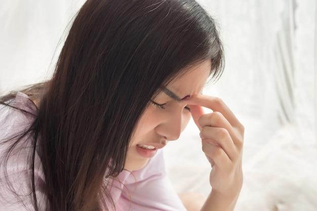 Portret van gestresste zieke vrouw met hoofdpijn