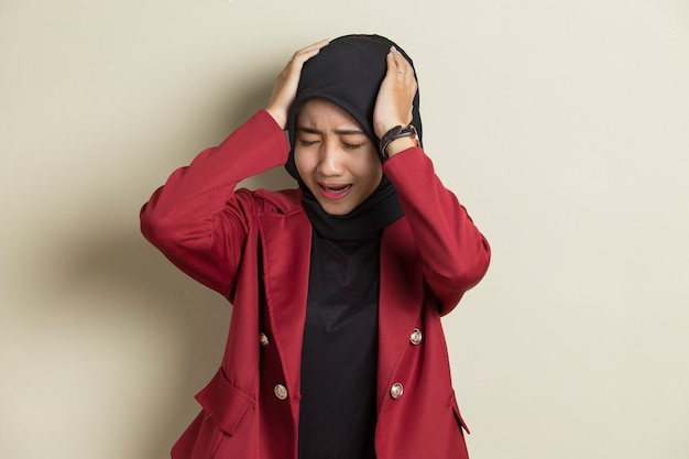 Portret van gestrest zieke moslimvrouw met hoofdpijn zieke vrouw lijdt aan hoogtevrees, duizeligheid, migraine, kater, gezondheidszorg concept jong volwassen aziatisch vrouw model