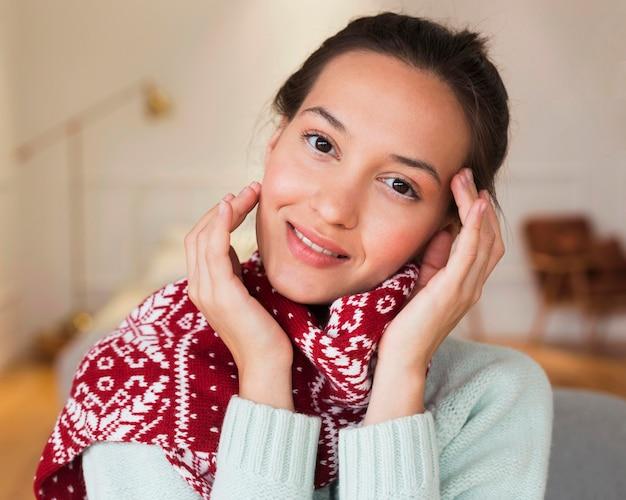 Portret van gezellige vrouw met sjaal