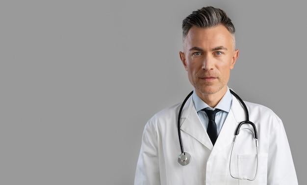 Portret van gezondheidswerker met exemplaarruimte