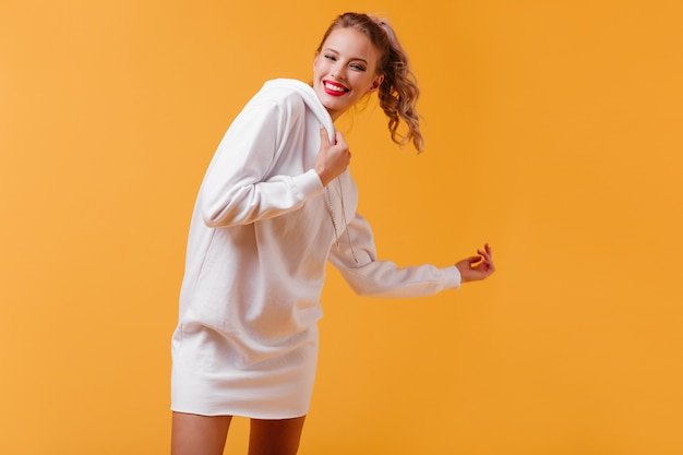 Portret van giechelende vrouwelijke student in uitstekende bui