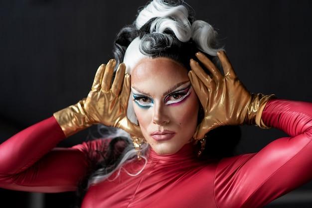 Portret van glamoureuze drag queen poseren