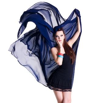 Portret van glamourmannequin met bewegende chiffon -