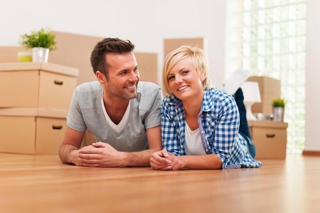Portret van glimlachend jong huwelijk in nieuw huis
