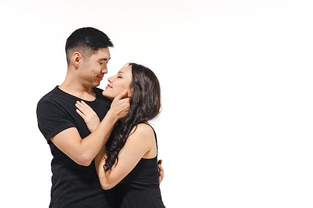 Portret van glimlachend koreaans paar dat op wit wordt geïsoleerd