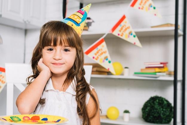 Portret van glimlachend leuk feestvarken die partijhoed dragen
