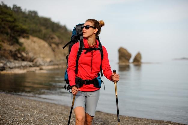 Portret van glimlachend meisje met wandelingsapparatuur