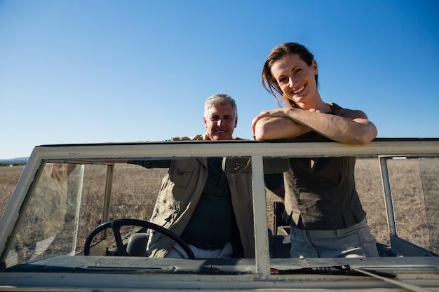 Portret van glimlachend paar in voertuig op gebied