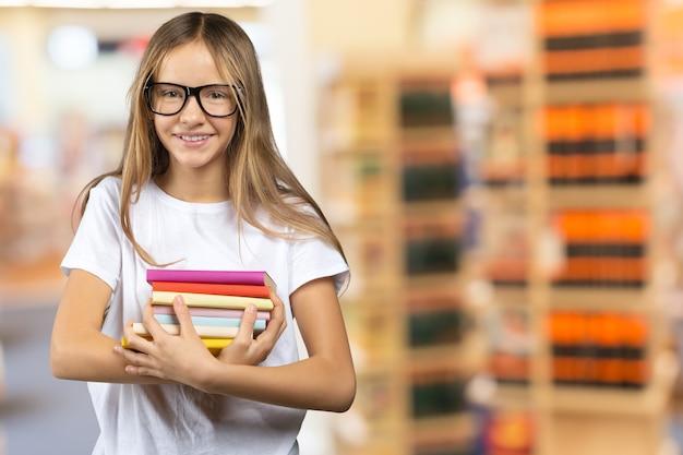 Portret van glimlachend schoolmeisje in de klas