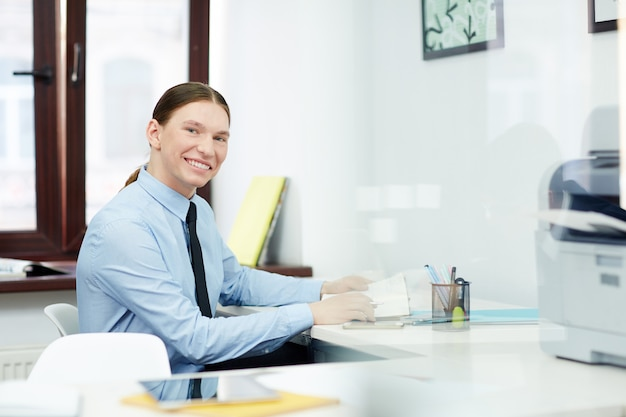 Portret van glimlachende administratieve arbeider
