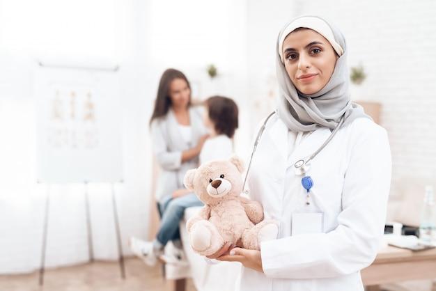 Portret van glimlachende arabische arts kinderarts