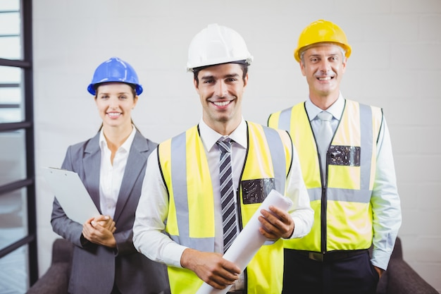 Portret van glimlachende architecten met blauwdruk
