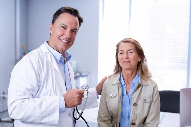 Portret van glimlachende arts en senior vrouw