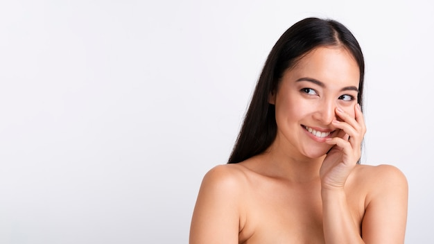 Portret van glimlachende aziatische vrouw met duidelijke huid