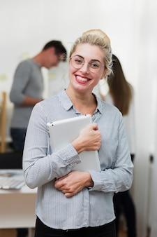Portret van glimlachende bedrijfsvrouw
