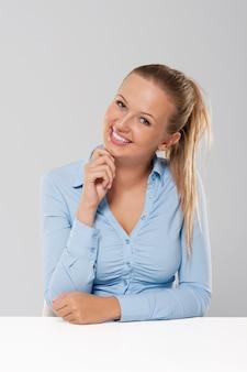 Portret van glimlachende blonde onderneemster