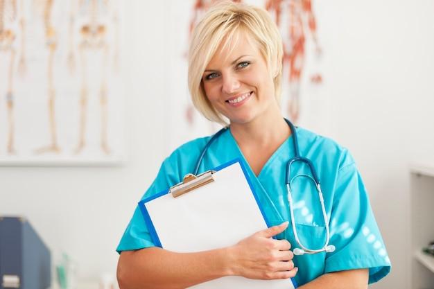 Portret van glimlachende blonde vrouwelijke chirurg